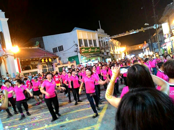 Dancing on Jonker Walk in front of the big stage